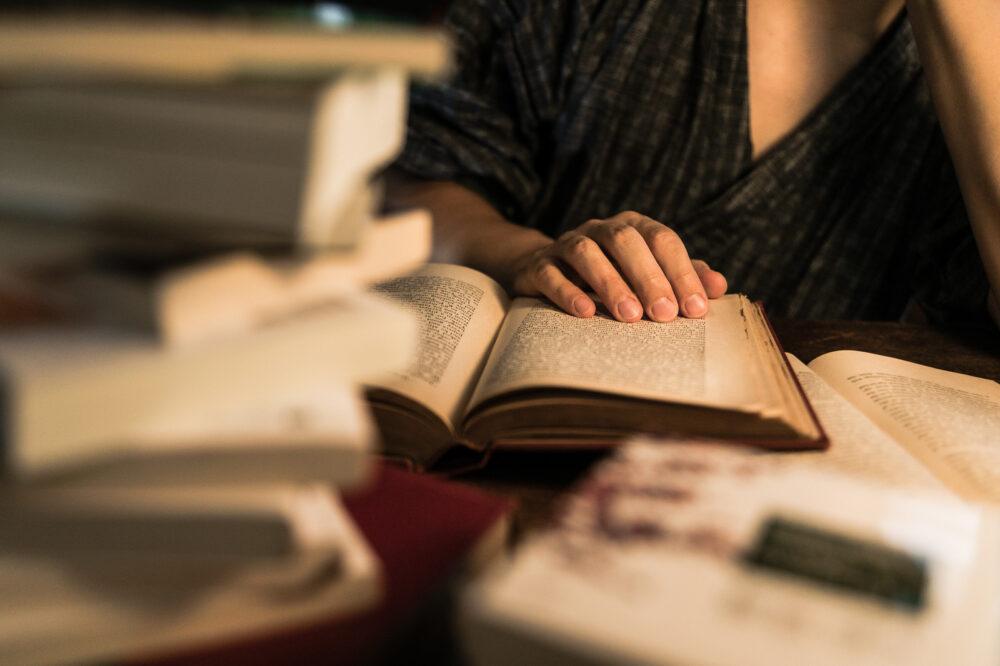 男性が本を読んでいる画像
